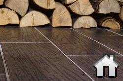 кухонный пол из плиток керамогранита под дерево