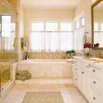 Очень душевный дизайн ванной комнаты с окном