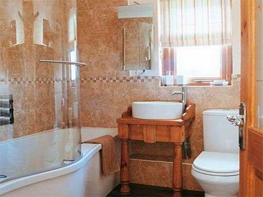 душевая кабина и окно в ванной