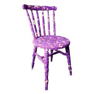 стул покрытый акриловыми красками